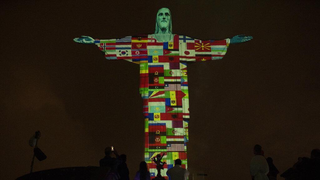 Deretan Bendera Negara Terpapar Corona Hiasi Patung Yesus di Brasil