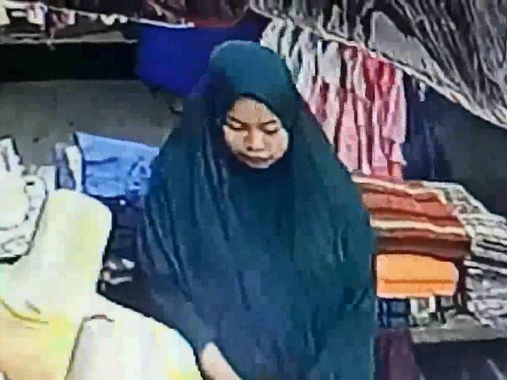 Wanita Berhijab Terekam CCTV Nyolong di Pasar
