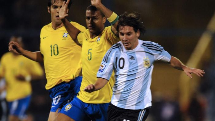 Argentinas forward Lionel Messi (R) controls the ball followed by Brazilian Felipe Melo and Kaka (L) during their FIFA World Cup South Africa 2010 qualifier football match at El Gigante stadium in Rosario, Argentina on September 5, 2009. AFP PHOTO / DANIEL GARCIA (Photo by DANIEL GARCIA / AFP)