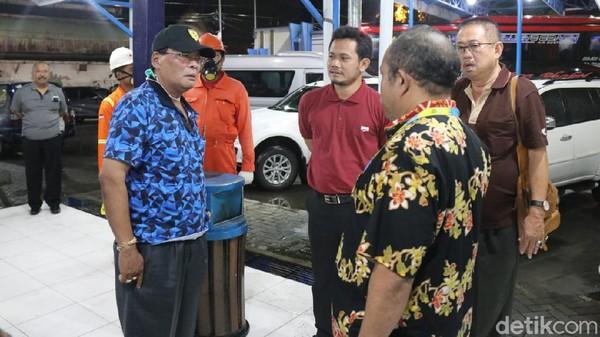 Tim Dinkes Blora berniat memeriksa anggota DPRD Blora yang baru pulang kunker di Terminal Padangan Bojonegoro, Kamis (19/3/2020).