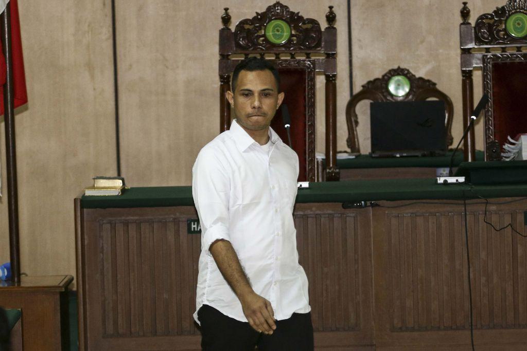 Terdakwa kasus penyiraman air keras kepada penyidik KPK Novel Baswedan, Ronny Bugis menjalani sidang dakwaan di Pengadilan Negeri Jakarta Utara, Jakarta, Kamis (19/3/2020). Kedua terdakwa Ronny Bugis dan Rahmat Kadir Mahulette didakwa melakukan penganiayaan berat terencana dengan hukuman maksimal 12 tahun penjara. ANTARA FOTO/Rivan Awal Lingga/wsj.
