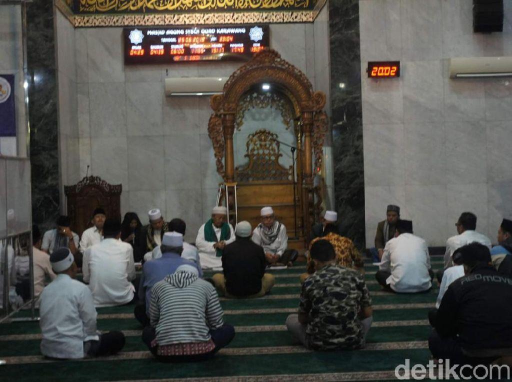 Masjid Agung Karawang Tetap Gelar Jumatan, Saf Salat Akan Diatur