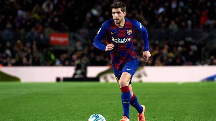BARCELONA, SPAIN - JANUARY 19: Sergi Roberto of FC Barcelona runs with the ball during the Liga match between FC Barcelona and Granada CF at Camp Nou on January 19, 2020 in Barcelona, Spain. (Photo by Alex Caparros/Getty Images)