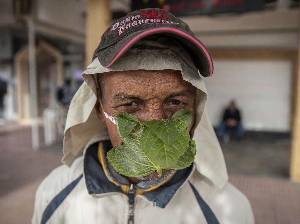 Pria Asal Maroko Ini Pakai Masker dari Daun Mint Lho