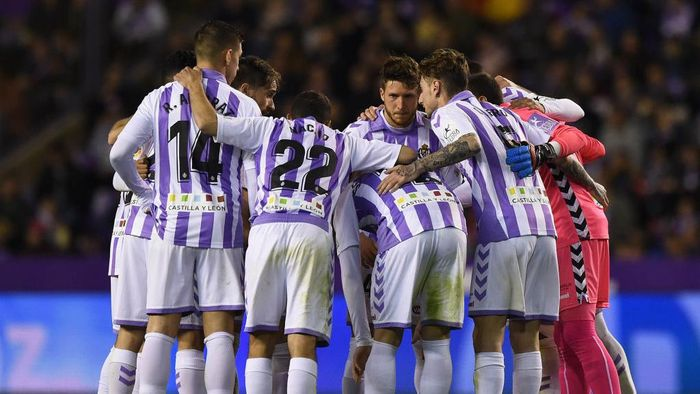 VALLADOLID, SPAIN - MARCH 10: Real Valladolid players gather before the start of the 2nd half during the La Liga match between Real Valladolid CF and Real Madrid CF at Estadio Jose Zorrilla on March 10, 2019 in Valladolid, Spain. (Photo by Denis Doyle/Getty Images)