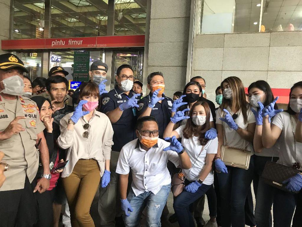 Aksi Narji hingga Chika Jessica Bagi-Bagi Masker dan Hand Sanitizer
