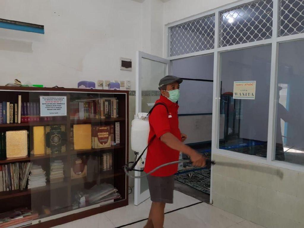 Gerakkan Gotong-Royong, PDIP Surabaya Semprot Disinfektan di Tempat Ibadah