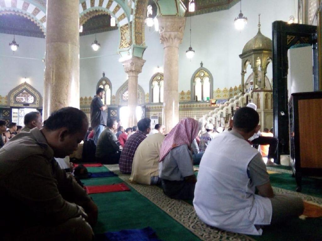 Masjid di Medan Gelar Salat Jumat, Jemaah Bawa Sajadah Sendiri Cegah Corona