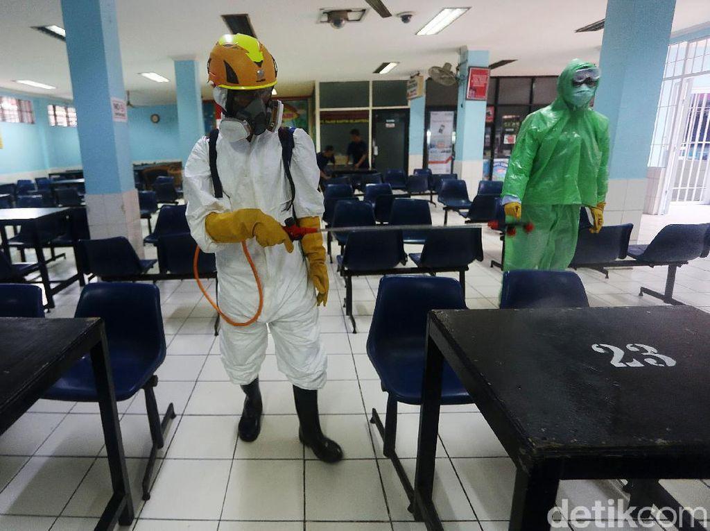 Penyemprotan Disinfektan di Lapas Cipinang