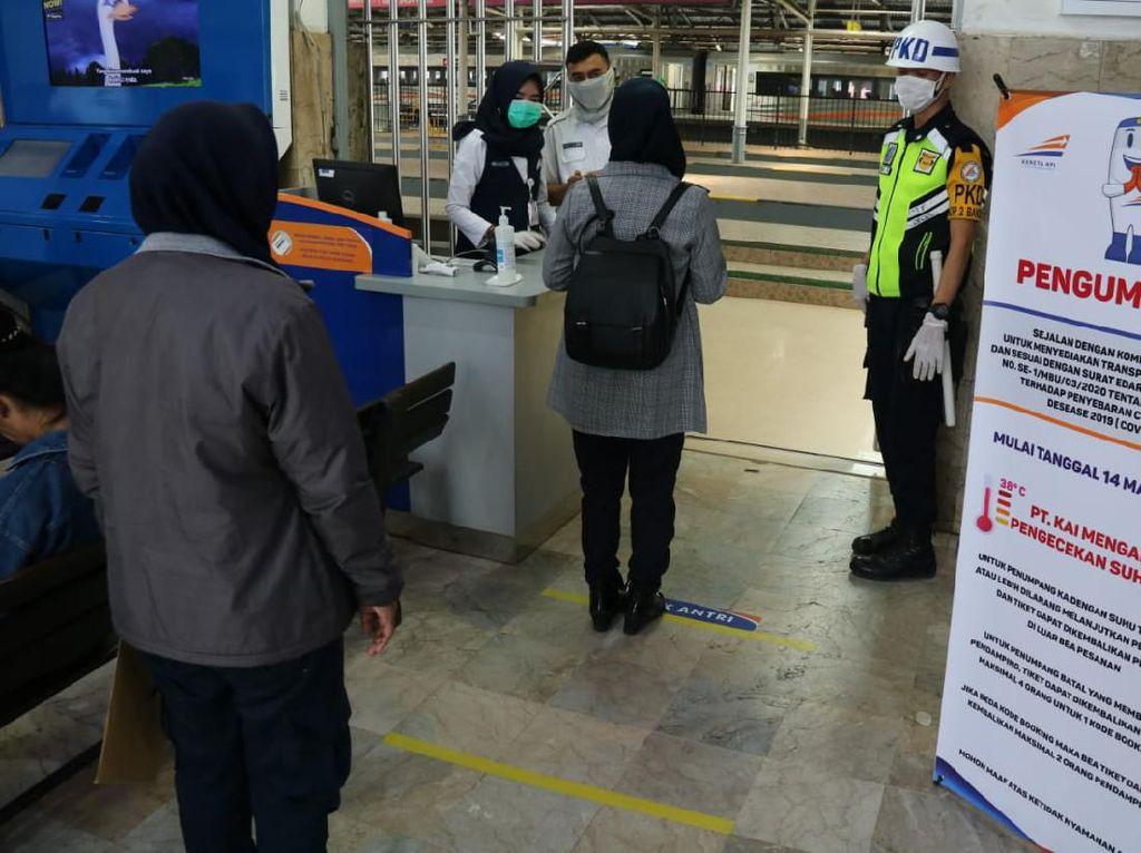 Antrean Penumpang di Stasiun Bandung Dibatasi Jarak 1 Meter