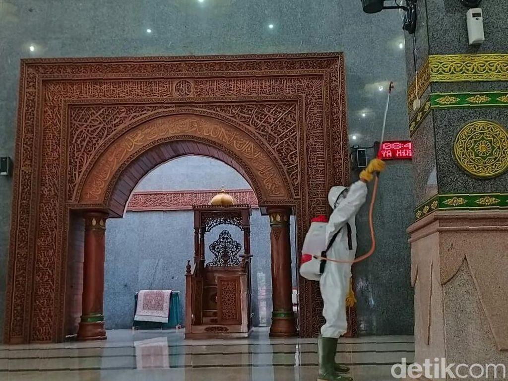 Tetap Gelar Jumatan, Masjid Pusdai-At Taqwa Cirebon Disemprot Disinfektan
