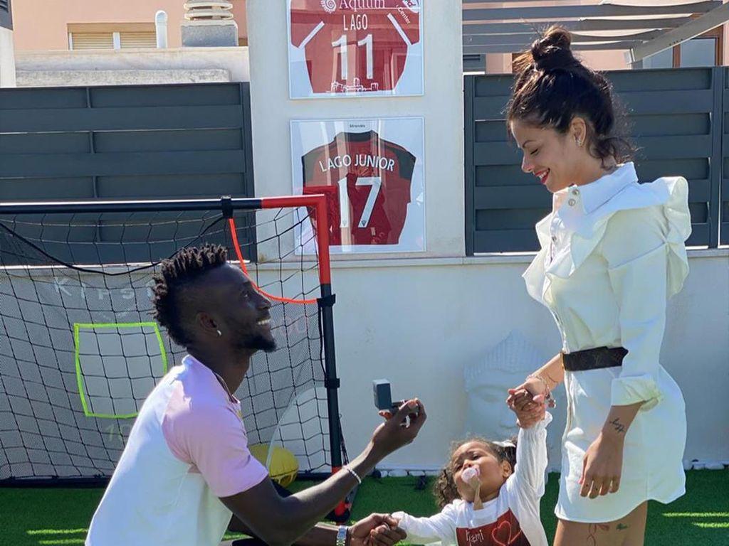 Selebgram Ini Dilamar Pesepak Bola Saat Dikarantina di Rumah Terkait Corona