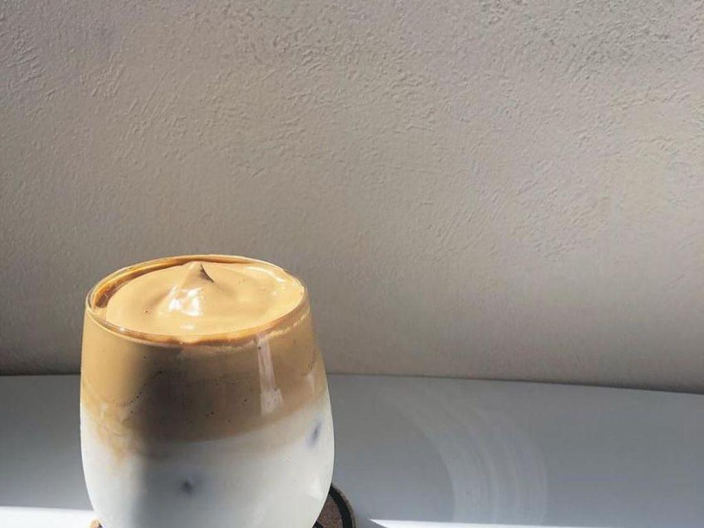 Resep Dalgona Coffee Tanpa Mixer, Cuma 4 Menit dan Anti Gagal