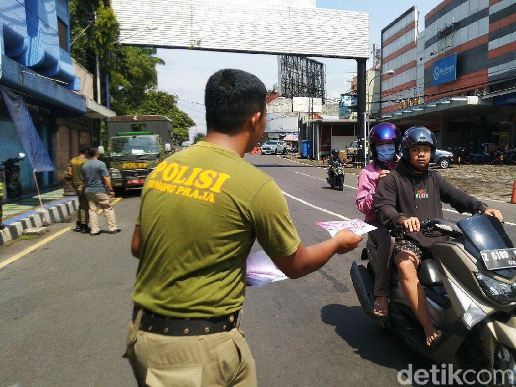 Satpol PP Ciamis Keliling Bagikan Selebaran Imbauan Soal Corona di Jalan