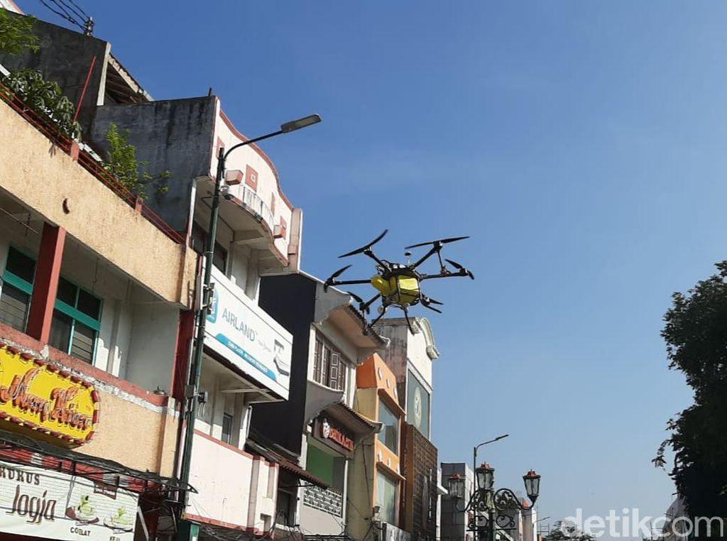 Kawasan Malioboro Disemprot Disinfektan dengan Drone dan Manual