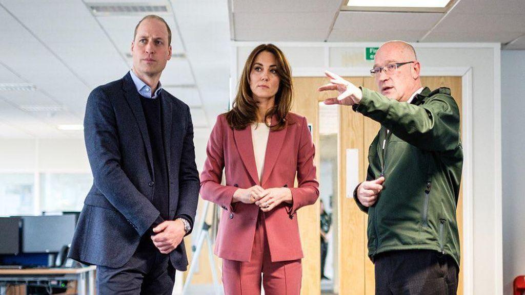 Kate Middleton Kunjungi Tim Darurat Corona, Elegan Pakai Blazer Rp 1 Jutaan
