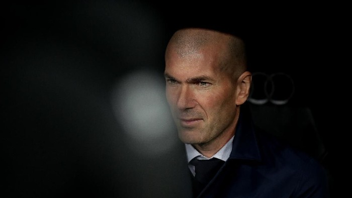 MADRID, SPAIN - MARCH 01: Manager Zinedine Zidane of Real Madrid CF looks on form the bench prior to start the Liga match between Real Madrid CF and FC Barcelona at Estadio Santiago Bernabeu on March 01, 2020 in Madrid, Spain. (Photo by Gonzalo Arroyo Moreno/Getty Images)