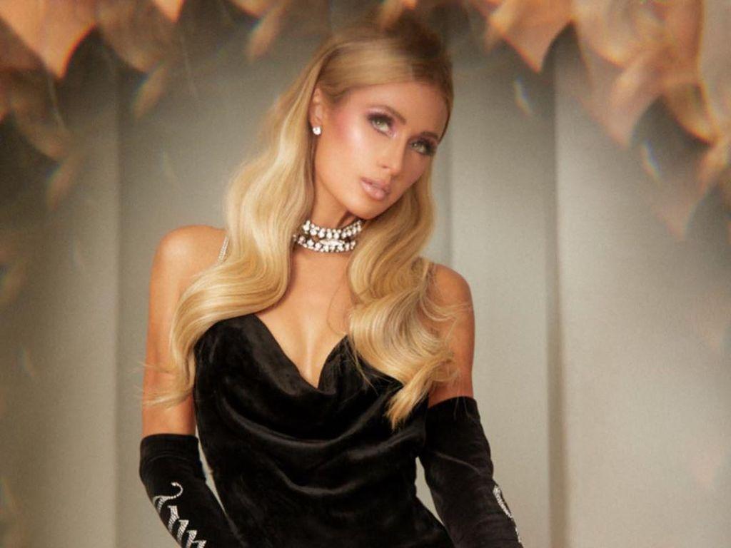 Isolasi Diri, Paris Hilton Lakukan Pemotretan Seksi di Rumah