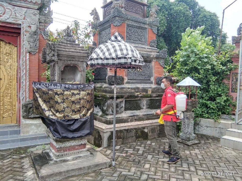 Kader PDIP Surabaya Semprot Disinfektan Pura Candi Cemara Agung