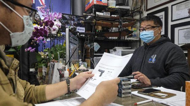 Warga AS membeli senjata api di tengah pandemi virus Corona