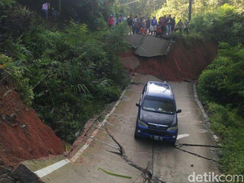 Jalan di Cianjur Ambles hingga 3 Meter, Satu Mini Bus Terjebak