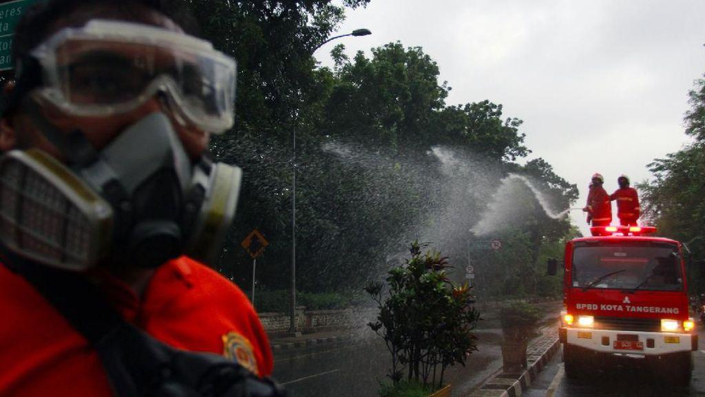 Penyemprotan Disinfektan di Jalan Batas Provinsi