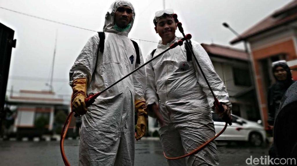 Melihat Perjuangan Relawan PMI Penyemprot Disinfektan Lawan Corona