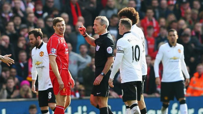 LIVERPOOL, ENGLAND - MARCH 22: Steven Gerrard of Liverpool is shown the red card by referee Martin Atkinson during the Barclays Premier League match between Liverpool and Manchester United at Anfield on March 22, 2015 in Liverpool, England.  (Photo by Alex Livesey/Getty Images)