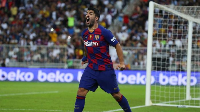 JEDDAH, SAUDI ARABIA - JANUARY 09: Luis Suarez of Barcelona reacts to a referees decision during the Supercopa de Espana Semi-Final match between FC Barcelona and Club Atletico de Madrid at King Abdullah Sports City on January 09, 2020 in Jeddah, Saudi Arabia. (Photo by Francois Nel/Getty Images)