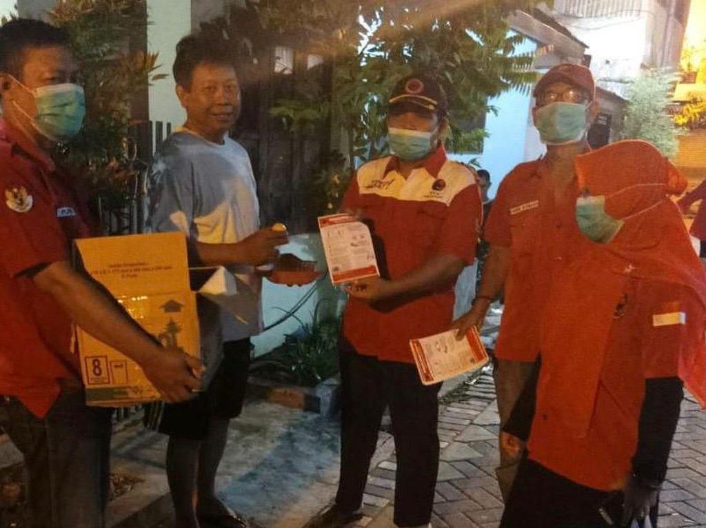 Warga Surabaya Dapat Minuman Rempah-rempah dan Telur Rebus