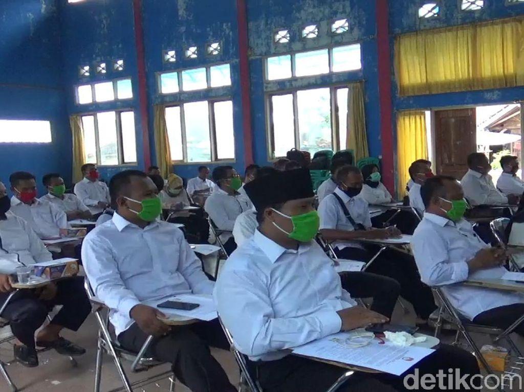 Waspada Covid-19, Anggota PPS di Cianjur Pakai Masker Saat Dilantik