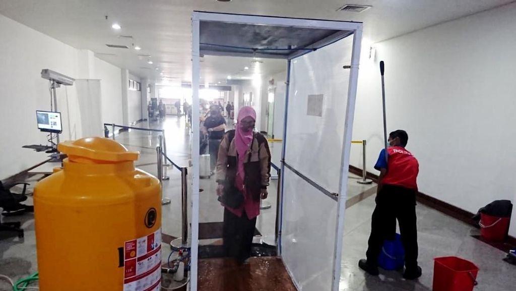 Bilik Disinfektan Mulai Dipakai di Bandara Juanda