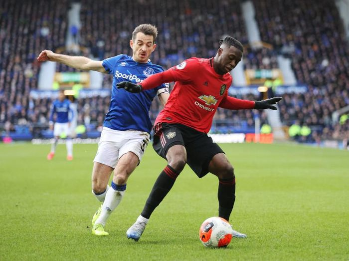 LIVERPOOL, ENGLAND - MARCH 01:  Aaron Wan-Bissaka of Manchester United is challenged by Leighton Baines of Everton during the Premier League match between Everton FC and Manchester United at Goodison Park on March 01, 2020 in Liverpool, United Kingdom. (Photo by Clive Brunskill/Getty Images)