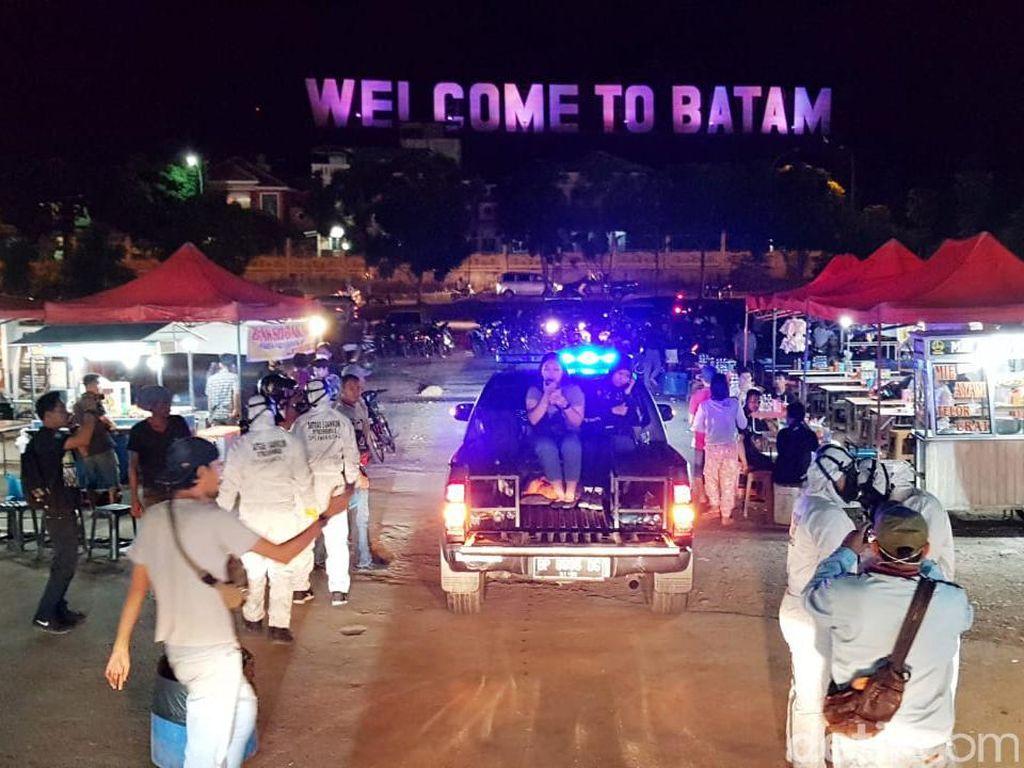 Cegah Corona, Polisi Patroli Tempat Keramaian di Batam Pakai APD Lengkap