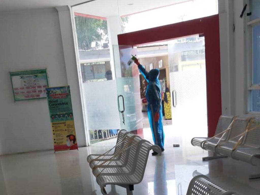 Bantu Tenaga Medis, Mahasiswa FTI UMI Semprot Disinfektan RS Haji Makassar