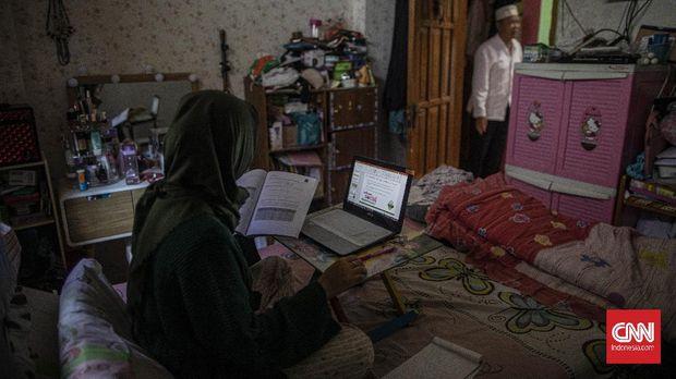 Annisa Retno Utami (27) sedang melakukan work from home (WFH) di kediamannya di Cijantung, Jakarta Timur, Sabtu, 21 Maret 2020. Annisa yang merupakan karyawan swasta dan dosen mulai menjalankan WFH sejak 16 Maret 2020. CNN Indonesia/Bisma Septalisma