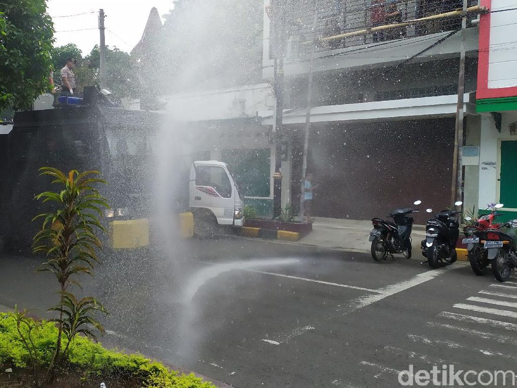 Corona Pandemi, Jalan Protokol di Cianjur-Karawang Disemprot Disinfektan