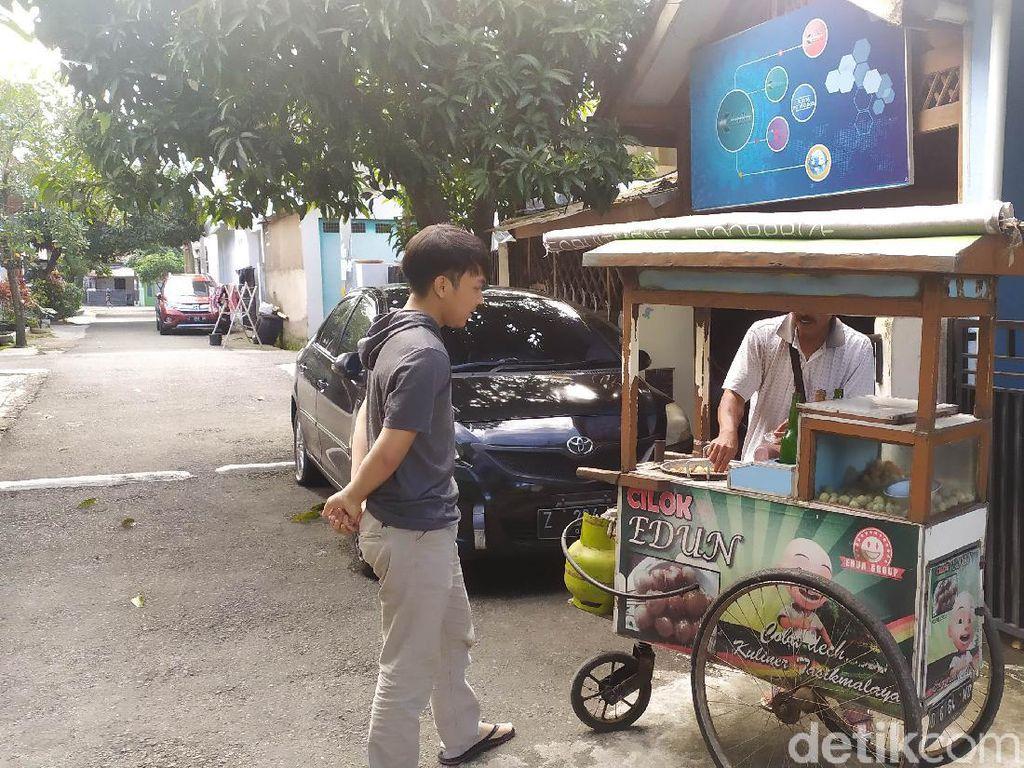Corona Mewabah, Pedagang Keliling di Garut Tetap Eksis Jualan