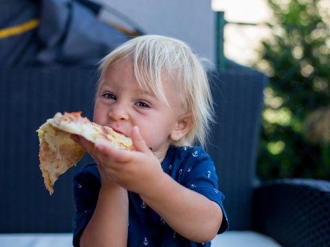 Anak makan camilan