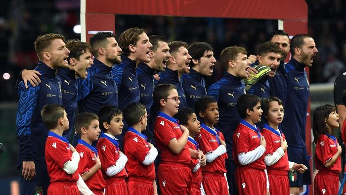 PALERMO, ITALY - NOVEMBER 18: Players of Italy sing the National Anthem during the UEFA Euro 2020 Qualifier between Italy and Armenia on November 18, 2019 in Palermo, Italy. (Photo by Tullio M. Puglia/Getty Images)