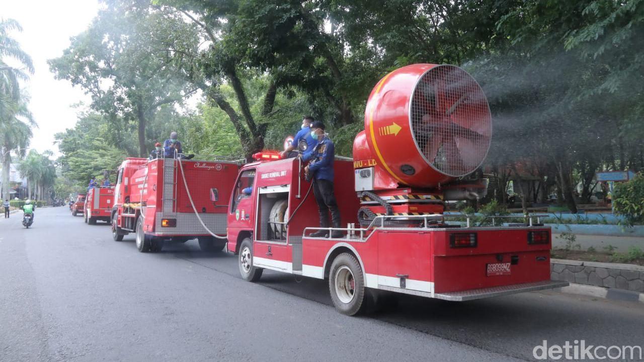 Pemkot Palembang semprotkan ribuan liter disinfektan menggunakan mobil damkar smoke removal unit untuk mencegah Corona (Raja Adil/detikcom)