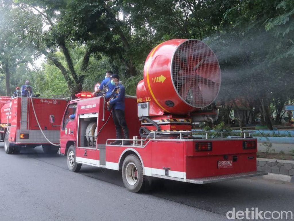 Jalanan di Palembang Disemprot Ribuan Liter Disinfektan Antisipasi Corona