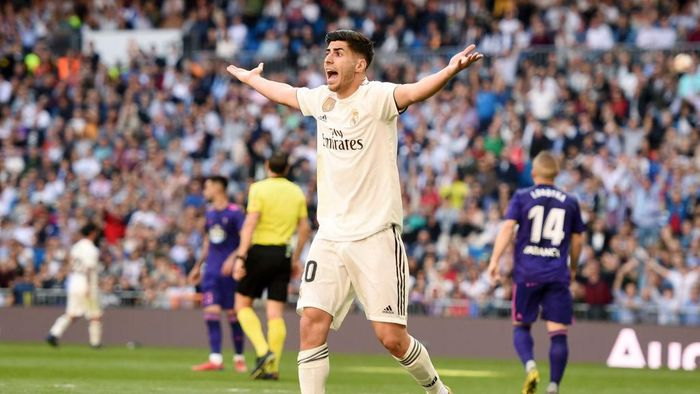 MADRID, SPAIN - MARCH 16: Marco Asensio of Real Madrid appeals to referee Juan Martinez Munuera for a penalty during the La Liga match between Real Madrid CF and RC Celta de Vigo at Estadio Santiago Bernabeu on March 16, 2019 in Madrid, Spain. (Photo by Denis Doyle/Getty Images)