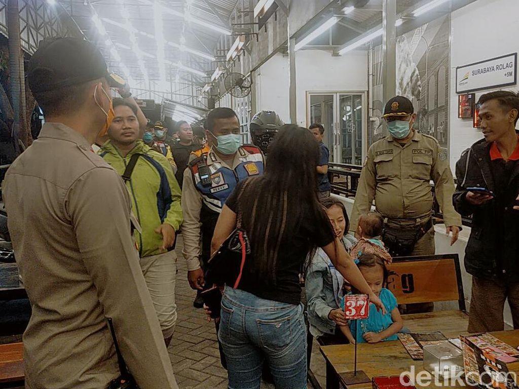 Antisipasi Corona, Polisi Bubarkan Kerumunan Massa di Jaktim