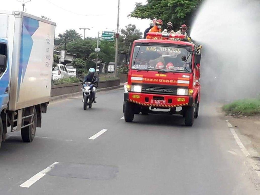 Cegah Corona, Damkar Bekasi Semprotkan Disinfektan di Jalur Pantura