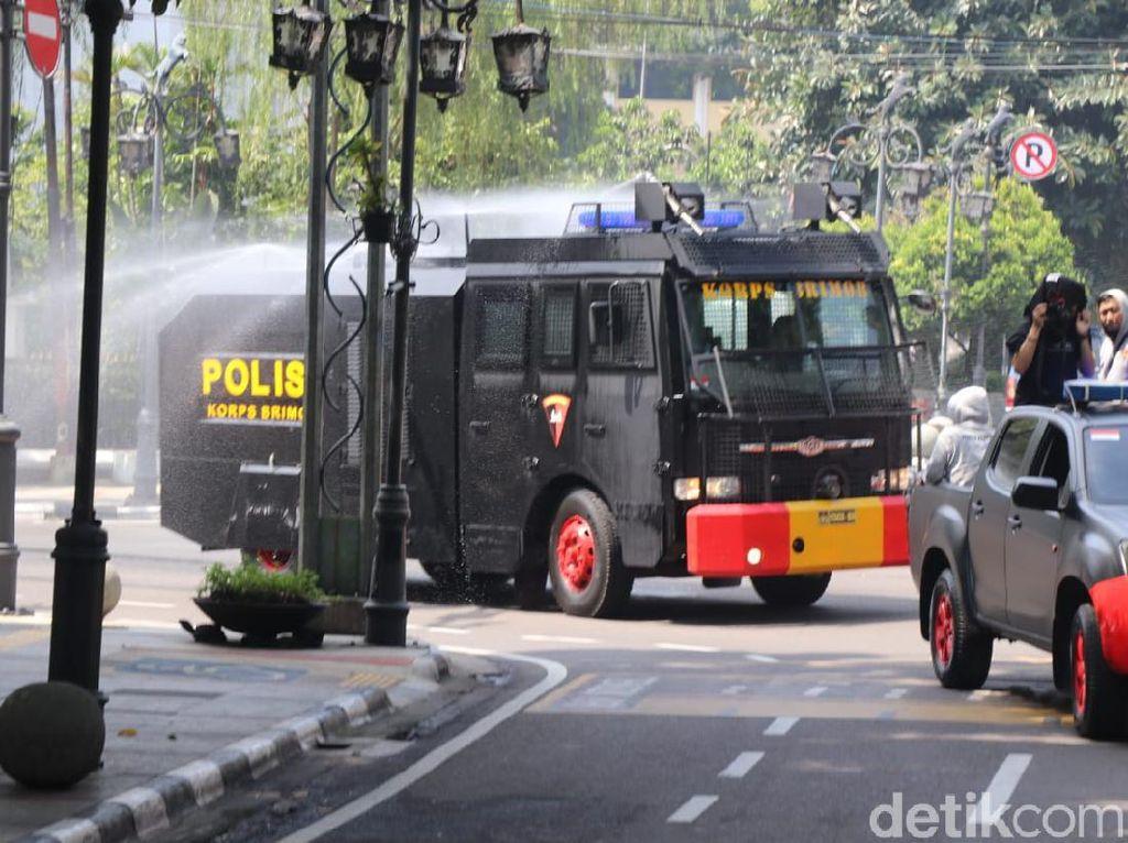 Mobil Water Cannon Polisi Semprotkan Disinfektan di Jalanan Bandung