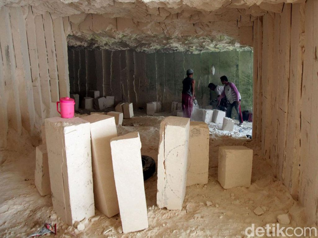 Melihat Aktivitas Penambang Batu Kapur di Bengkalan Madura