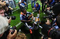 Didier Drogba dan trofi Liga Champions yang dimenanginya