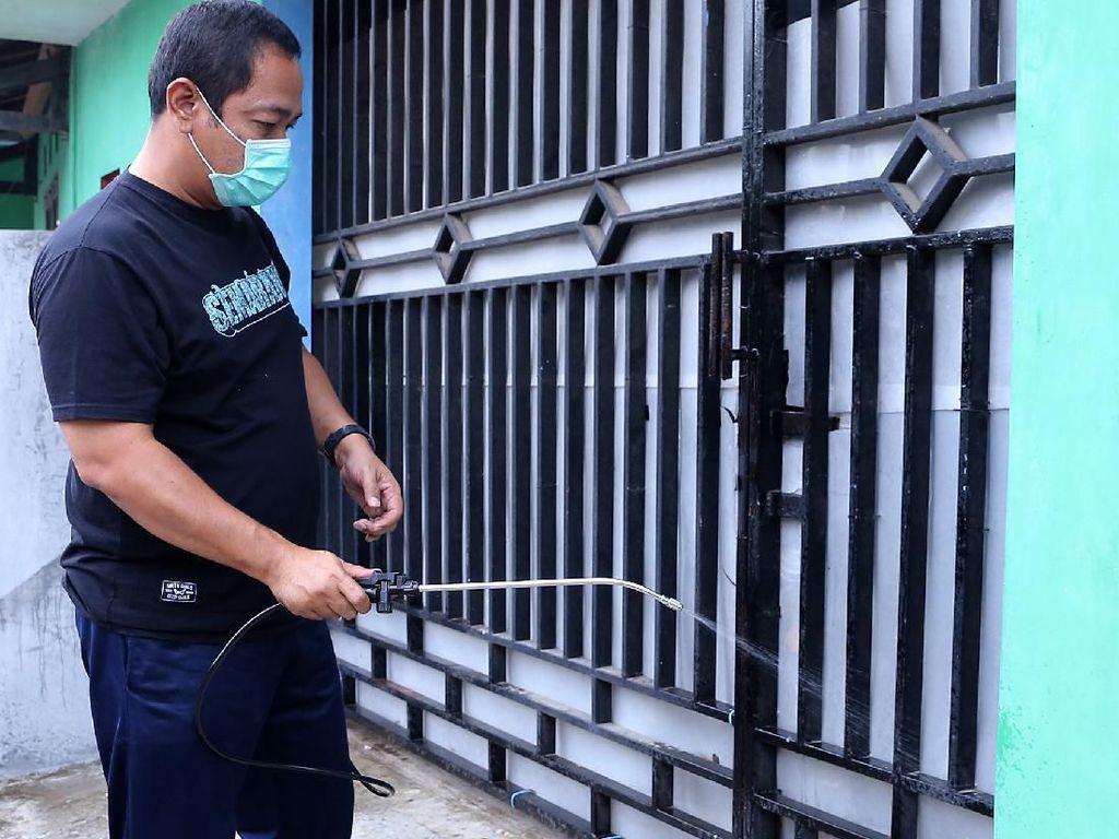 Gendong Disinfektan, Wali Kota Semarang Sterilisasi Rumah Warga