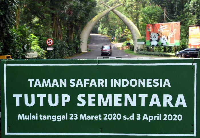 Sebuah mobil berada di gerbang masuk saat penutupan Taman Safari Indonesia (TSI) Cisarua, Kabupaten Bogor, Jawa Barat, Selasa (24/3/2020). TSI Group yang mengelola empat taman di Indonesia yaitu Taman Safari Bogor, Taman Safari Prigen, Bali Safari Park, dan Batang Dolphins Center ditutup untuk umum hingga tanggal 3 April 2020 sebagai upaya mendukung program pemerintah dalam percepatan pemulihan dan membatasi mata rantai penyebaran virus Corona (COVID-19). ANTARA FOTO/Arif Firmansyah/aww.